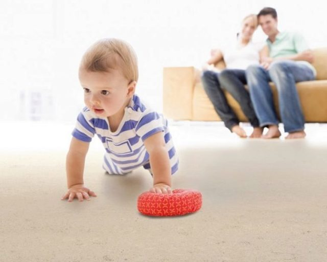 Как научить ребенка ползать, во сколько месяцев дети начинают ползать