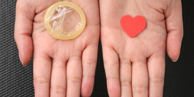Можно заразиться ВИЧ, если потрогать презерватив и половой член?