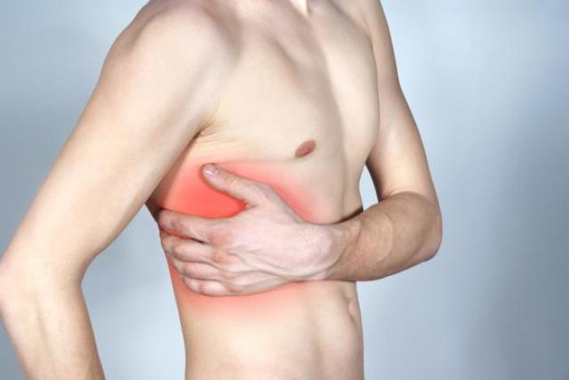 Почему сильно болит в правом боку под ребрами?